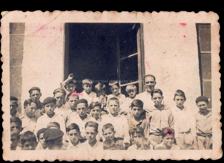 Grupo de alumnos da escola de nenos de Mosende. / Autor descoñecido [Ca. 1941] / PROCEDENCIA: Recollida Mosende. Álbum familiar de Mª del Carmen Oliveira Leiras