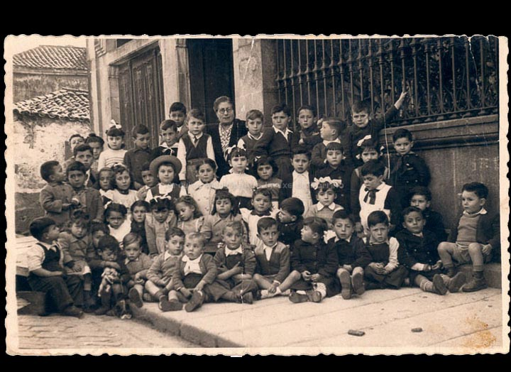 """Colexio particular """"Virgen del Carmen"""" de Obdulia Fornos. / Laboratorios fotográficos E. Utrilla (Valencia) [1948-1949] / PROCEDENCIA: Recollida O Porriño. Álbum familiar de Josefa Sío Casales"""