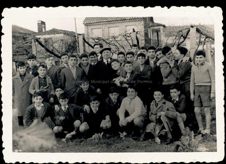 Homenaxe ao mestre Bernardo Álvarez o día da súa xubilación. Alumnos e ex-alumnos. / Foto Magno [1960] / PROCEDENCIA: Recollida O Porriño. Álbum familiar de Manuel Rodríguez Alonso