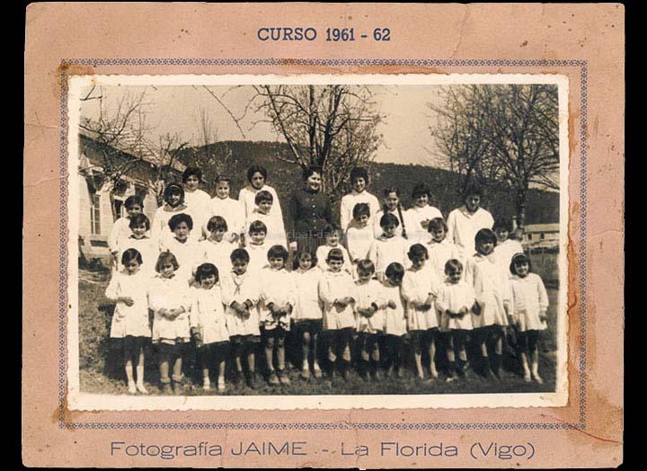 Grupo de alumnas da escola de nenas de Chenlo coa mestra Mª Jesús. / Fotografía Jaime (Vigo) [1961-1962] / PROCEDENCIA: Recollida Chenlo. Álbum familiar de Mª del Mar Barreiro Vilanova