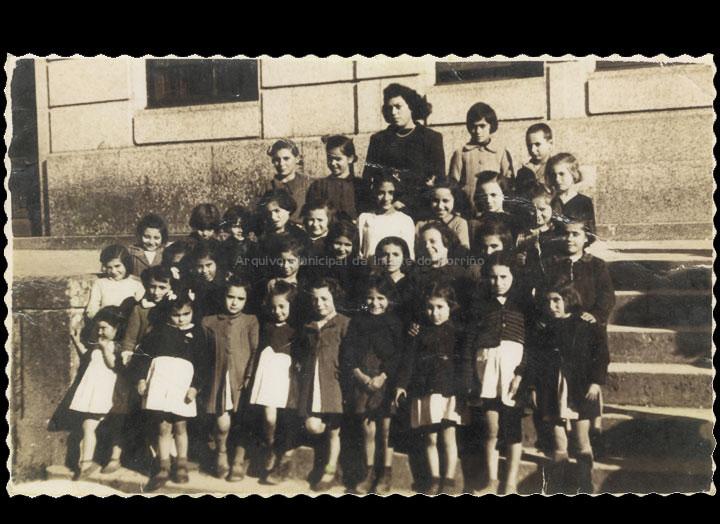 Escola Graduada de nenas. Grupo de alumnas coa mestra Esmenia. / Autor descoñecido [1943 – 1946 (?)] / PROCEDENCIA: Recollida O Porriño. Álbum familiar de Josefa Rodríguez Veiga