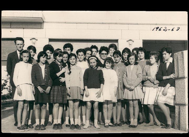 """""""Academia Casales"""" Grupo de alumnas co profesor Jesús Casales Arias. / Autor descoñecido. Jesús Casales (?) [1962-1963] / PROCEDENCIA: Cedida por Consuelo Bermejo Prada"""