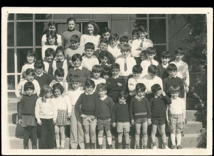 """Grupo de alumnas e alumnos do """"Colexio Casales"""". / Jesús Casales (?) [1970-1973 (?)] / PROCEDENCIA: Cedida por Consuelo Bermejo Prada"""