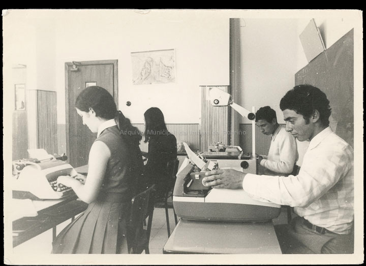 """Colexio """"Casales"""". Clase de mecanografía. / Autor descoñecido. Jesús Casales (?) [1963-1973 (?)] / PROCEDENCIA: Cedida por Consuelo Bermejo Prada"""