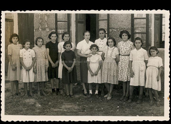 Alumnas da escola de nenas de Cans coa mestra Sara Quinteiro López. / Foto Company (Vigo) [1953-1954 (?)] / PROCEDENCIA: Cedida por Carmen Rodríguez Boente / Rosa Areal Quinteiro