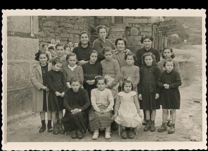Alumnas da escola de nenas de Cans coa mestra Sara Quinteiro López. / Laboratorios fotográficos E. Utrilla (Valencia) [1955 – 1960 (?)] / PROCEDENCIA: Cedida por Rosa Areal Quinteiro