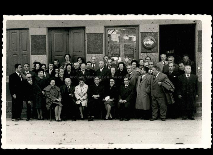 Xuntanza de mestres e mestras do Porriño e Mos. No centro o alcalde do Porriño Porfirio González Gradín. / Foto Ramiro [1960-1965 (?)] / PROCEDENCIA: Cedida por Rosa Areal Quinteiro