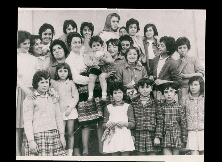 """Colexio """"Dulce Nombre de Jesús"""". Grupo de alumnas. / Autor descoñecido [Ca. 1958] / PROCEDENCIA: Recollida O Porriño. Álbum familiar de Adela Freiría Carrera"""