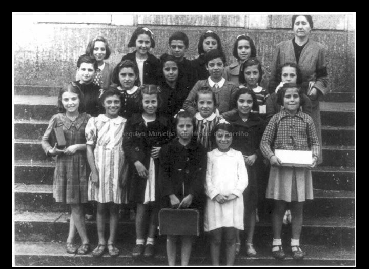 Escola Graduada de nenas. Grupo de alumnas coa mestra Mª Amparo Cepedano Prada. / Autor descoñecido [1942] / PROCEDENCIA: Cedida por Anxo Serafín Porto Ucha (xentileza de Jesús Vieito Rodríguez)
