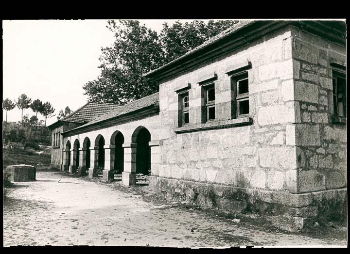 Grupo escolar de Torneiros en estado de abandono, antes de ser rehabilitado para local social da Asociación de Veciños. / Foto Pako [1977] / PROCEDENCIA: Cedidas pola A.A.V.V. San Salvador de Torneiros