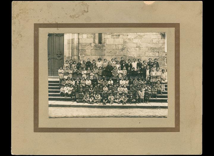 Escola unitaria de nenas do Porriño coa mestra Eugenia Tovar Andrade. / Autor descoñecido [1928] / PROCEDENCIA: Cedida por Mª Eugenia Vicente Ramilo