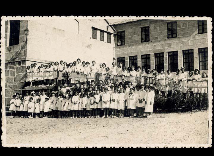 "Visita de alumnas e mestras da escola Graduada de nenas do Porriño ás ""colonias escolares"" do Rebullón (Tameiga). / Foto J. Pacheco [1935] / PROCEDENCIA: Cedida por Mª Eugenia Vicente Ramilo"
