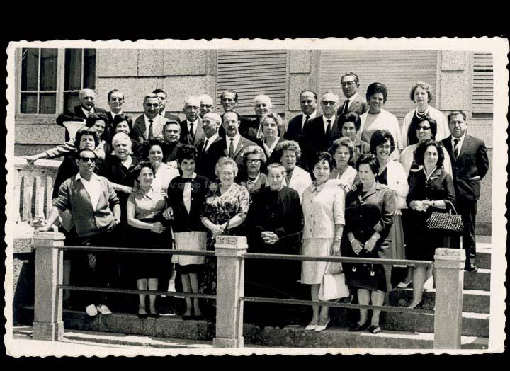 Xuntanza de mestres e mestras do Porriño e Mos. No centro o alcalde do Porriño Gonzalo Ordóñez Pérez. / Foto Ramiro [1960-1970 (?)] / PROCEDENCIA: Cedida por Mª Eugenia Vicente Ramilo