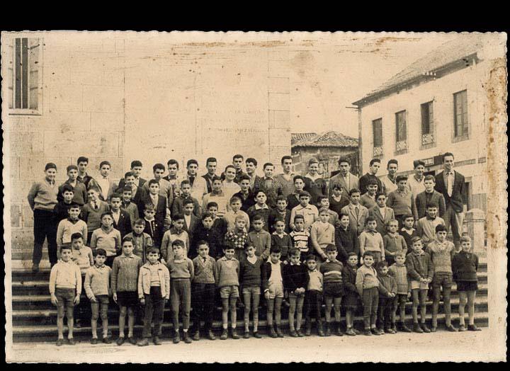 "Colexio ""Dulce Nombre de Jesús"". Grupo de alumnos. / Foto Ramiro [1957 – 1961 (?)] / PROCEDENCIA: Recollida O Porriño. Álbum familiar de Alejandro Teijeira Carballo"