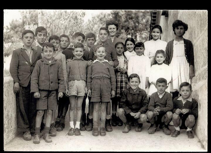 Alumnos e alumnas da escola unitaria mixta de Carrcido coa mestra Francisca Nuñez Troncoso. / Autor descoñecido [1958] / PROCEDENCIA: Recollida Carracido. Álbum familiar de Mª Carmen González González