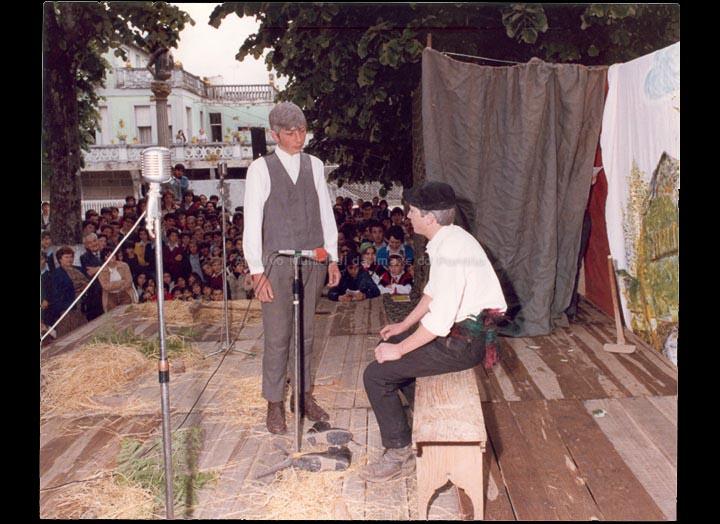 """Representación teatral dos alumnos e alumnas do Grupo Escolar de Torneiros no Parque do Cristo. / Foto Pako [1971-1980 (?)] / PROCEDENCIA: Cedida polo C.E.I.P. """"Antonio Palalcios"""""""