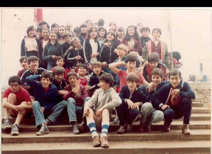 """Alumnas e alumnos do Grupo Escolar de Torneiros nos II Xogos Escolares do Condado. / Autor descoñecido [1979-1980 (?)] / PROCEDENCIA: Cedida polo C.E.I.P. """"Antonio Palalcios"""""""