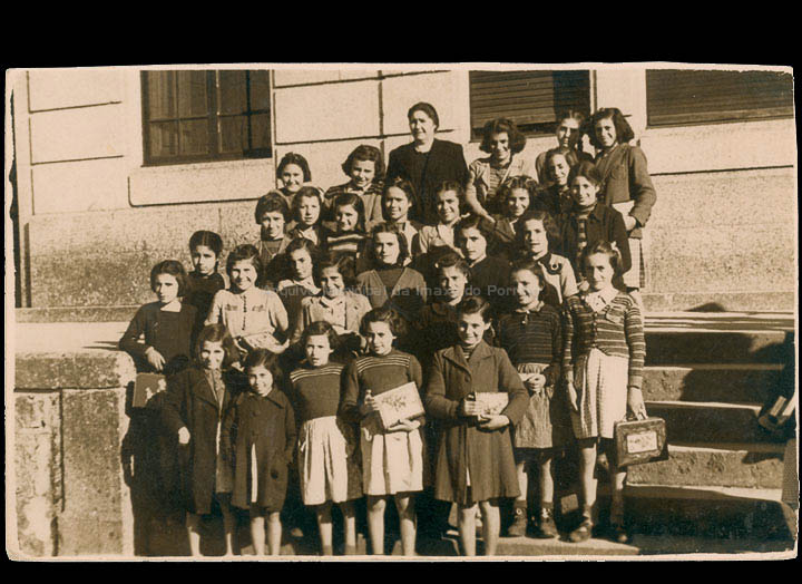 Alumnas da escola Graduada de nenas coa mestra Amparo Cepedano Prada. / Foto Rodríguez (Vigo) [1940-1945 (?)] / PROCEDENCIA: Recollida O Porriño. Álbum familiar de Olga Ferreira Areal