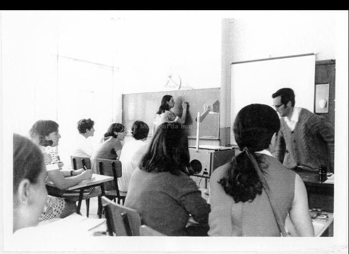 "Colexio ""Casales"". Jesús Casales impartindo unha clase. No centro da aula hai un retroproxector. / Autor descoñecido [Xuño 1972] / PROCEDENCIA: Cedida por Consuelo Bermejo Prada"