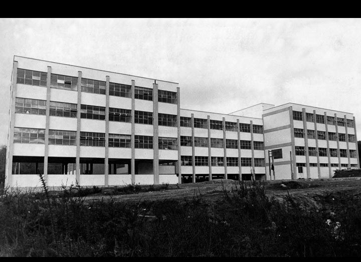 """Facahada posterior do """"Instituto Nacional de Enseñanza Media de Porriño"""", hoxe I. E. S. """"Pino Manso"""" en datas próximas a súa inauguración. / Foto Pako [Ca. 1966] / PROCEDENCIA: Arquivo do I. E. S. """"Pino Manso"""""""