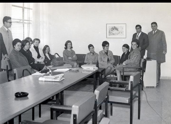 """Primeiro claustro de profesores do Instituto de Ensino Medio do Porriño. / Autor descoñecido [1966-1967] / PROCEDENCIA: Arquivo do I. E. S. """"Pino Manso"""""""