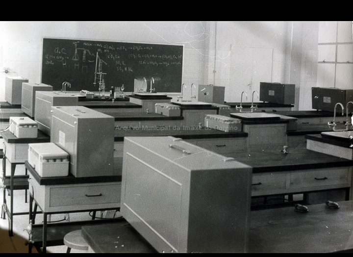 """Moderno laboratorio do Instituto de Ensino Medio do Porriño. / Autor descoñecido [1966-1967] / PROCEDENCIA: Arquivo do I. E. S. """"Pino Manso"""""""