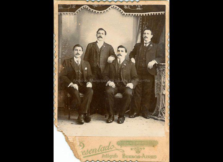 Irmáns Ramírez Grova, emigrantes de Torneiros en Bos Aires. / Foto Presentado [1895 – 1906] / PROCEDENCIA: Recollida Torneiros. Album familiar de Angélica Lago