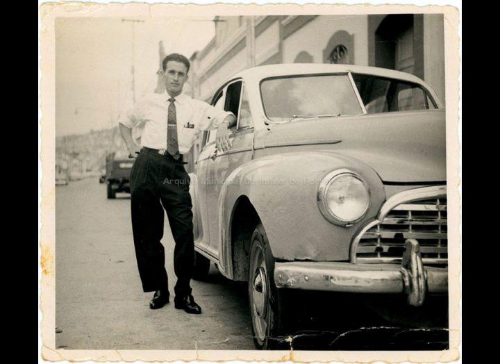 """Antonio Cuña, emigrante de Mosende en Venezuela posa ante o seu flamante """"Morris"""". / Autor descoñecido [1959] / PROCEDENCIA: Recollida Mosende. Album familiar de Antonio Cuña Pérez"""