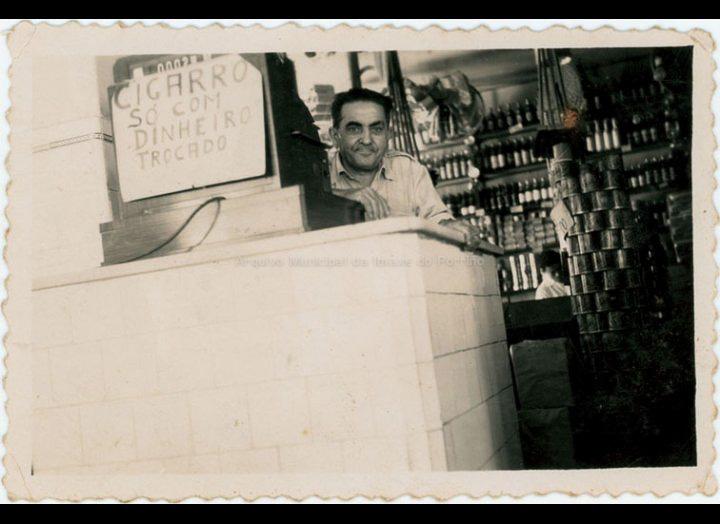 Casiano González López, emigrante de Mosende, na súa panadería e tenda de ultramarinos en Río de Xaneiro. / Autor descoñecido [1950 – 1965 (?)] / PROCEDENCIA: Recollida Mosende. Album familiar de Carmen González Corbacho