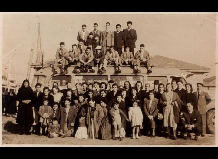 Veciños de Cans e o Porriño despedindo aos emigrantes Antonio Giráldez e Carmen González no porto de Vigo. / Autor descoñecido [1956 - 1957] / PROCEDENCIA: Recollida Cans. Album familiar de Pablo Lorenzo González