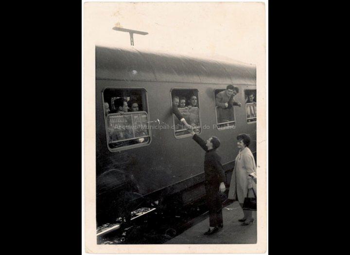 Despedida de emigrantes con destino a Alemaña na estación de ferrocarril de Vigo. / Autor descoñecido [1962] / PROCEDENCIA: Recollida O Porriño. Album familiar de Arturo Veloso Bugarín