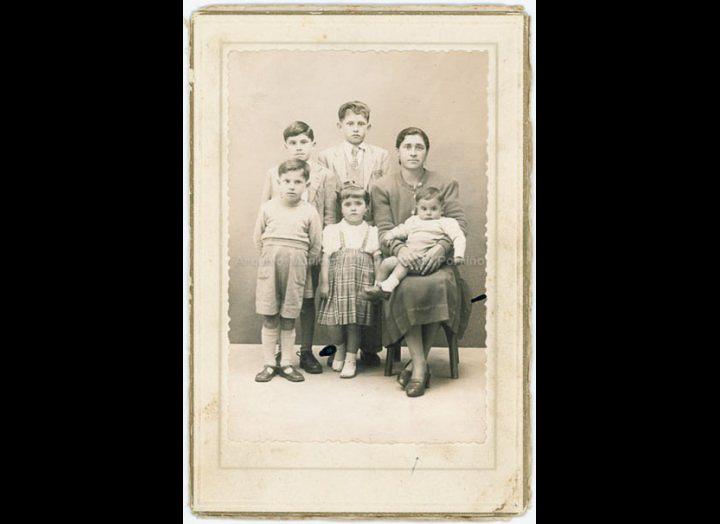 Familia Novás Barros: nai e fillos. / Autor descoñecido [1930 - 1950(?)] / PROCEDENCIA: Recollida Atios. Album familiar de Xoán Xosé Pereira Pereira