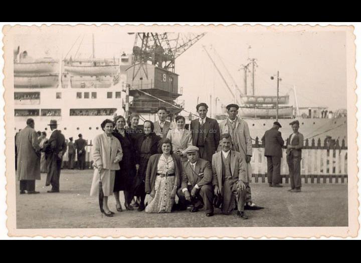 Despedida do emigrante Celso Iglesias de Mosende no porto de Vigo. / Autor descoñecido [1951-1953] / PROCEDENCIA: Recollida Mosende. Album familiar de Mª del Carmen Oliveira Leiras