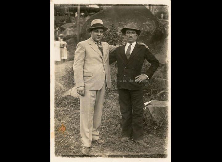 """Indianos nunha romaría. Manuel Fernández Piñeiro e Perfecto """"da pementeira"""". / Autor descoñecido [Ca. 1944] / PROCEDENCIA: Recollida Mosende. Album familiar de Mª Carmen Maceira"""