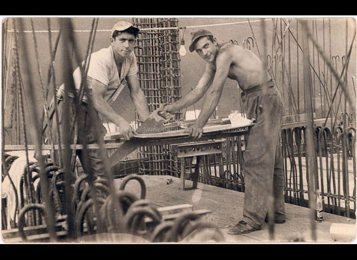 Emigrantes en Venezuela traballando na construcción. José Rodríguez Crespo e un amigo. / Autor descoñecido [1955-1965 (?)] / PROCEDENCIA: Recollida O Porriño. Álbum familiar de Demetrio Rodríguez Crespo