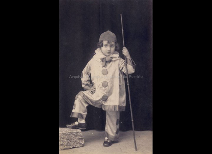 Neno disfrazado de paiaso. / Foto José Moreira [1928 - 1950] / PROCEDENCIA: Arquivo Moreira