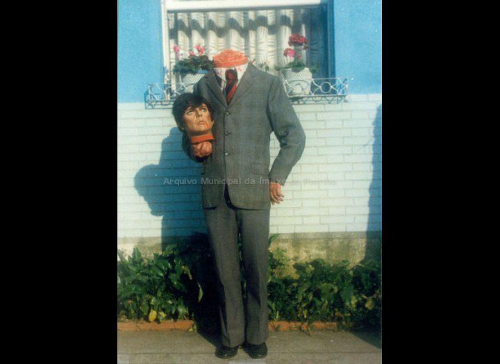 Cuquín disfrazado de home decapitado. / Autor descoñecido [1984] / PROCEDENCIA: Recollida O Porriño. Album familiar de Joaquín Diz Tato