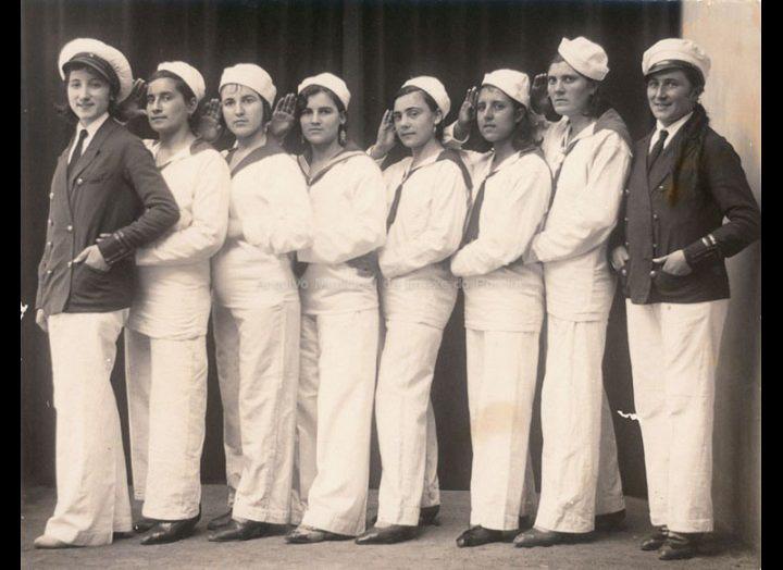 Comparsa de entroido. Mozas disfrazadas de mariñeiras. / José Moreira [1928 – 1950] / PROCEDENCIA: Arquivo Moreira