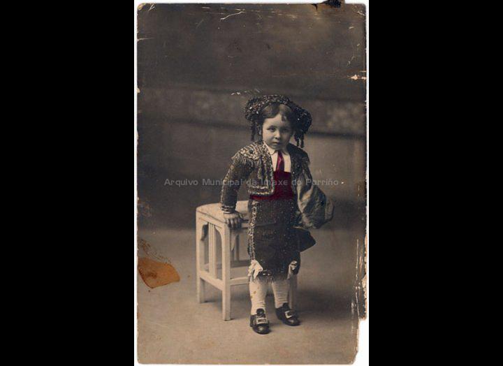 Jesús Fernández Castro disfrazado de torero. / J. Pacheco [1911 – 1912] / PROCEDENCIA: Recollida O Porriño. Album familiar de Carmen Pexegueiro e Jesús Fdez. Castro
