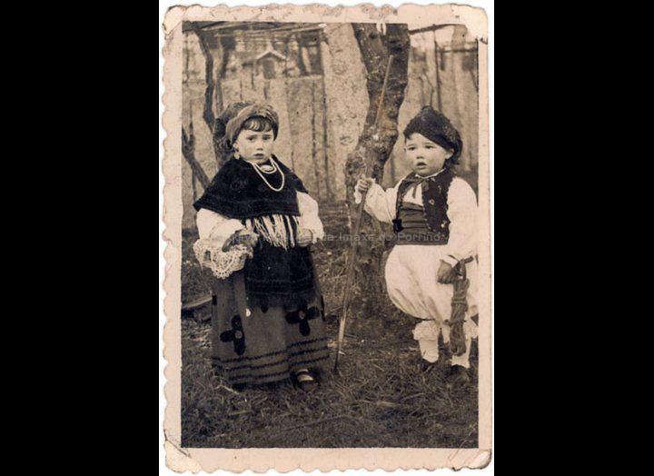 Os irmáns Josefa e Julián Sío Casales disfrazados co traxe rexional. / Foto Company [1945 - 1950] / PROCEDENCIA: Recollida O Porriño. Album familiar de Josefa Sío Casales