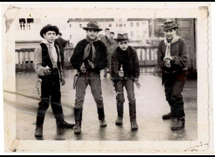 Pistoleiros no baile de Entroido do C. R. C.. / Foto Magno (?) [1961] / PROCEDENCIA: Recollida O Porriño. Album familiar de Ramona Iglesias Miniño