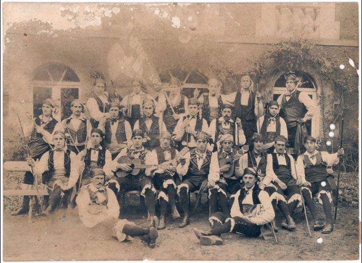 Comparsa de Entroido Los Baturros. / Autor descoñecido [1920 – 1930 (?)] / PROCEDENCIA: Recollida O Porriño. Album familiar de Mª José Giráldez Rodríguez