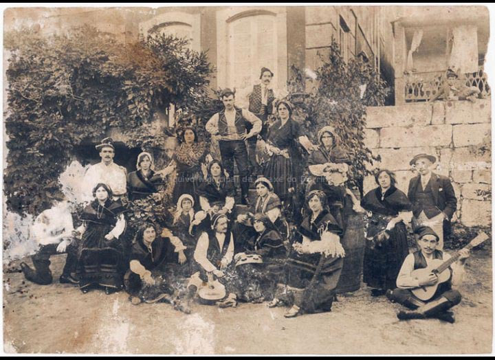 Comparsa de Entroido Aldeanas. / Autor descoñecido [1920 – 1930 (?)] / PROCEDENCIA: Recollida O Porriño. Album familiar de Mª José Giráldez Rodríguez