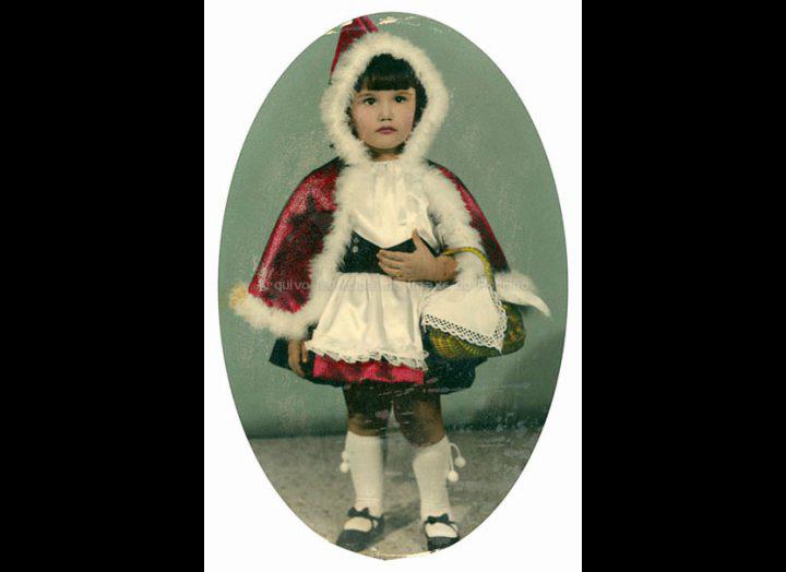 Josefina Rodríguez Sío disfrazada de Carapuchiña Vermella en Venezuela. / Autor descoñecido [1967 - 1968] / PROCEDENCIA: Recollida O Porriño. Album familiar de Josefa Sío Casales
