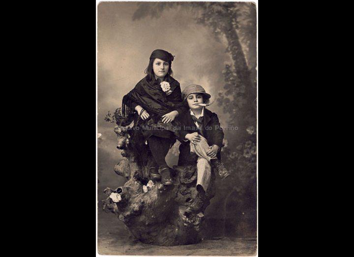 Os irmáns Pilar e Manuel Areal Rodríguez posan disfrazados no gabinete de Rodendo Bugarín. / Rosendo Bugarín [1918 – 1924 (?)] / PROCEDENCIA: Recollida O Porriño. Album familiar de Anunciación Coto Maceira