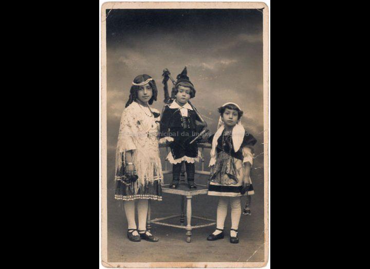 Os irmáns Lidia, Gabino e Vera Iglesias González disfrazados no entroido. / Autor descoñecido [1920 – 1922] / PROCEDENCIA: Recollida O Porriño. Album familiar de Gabino Iglesias González