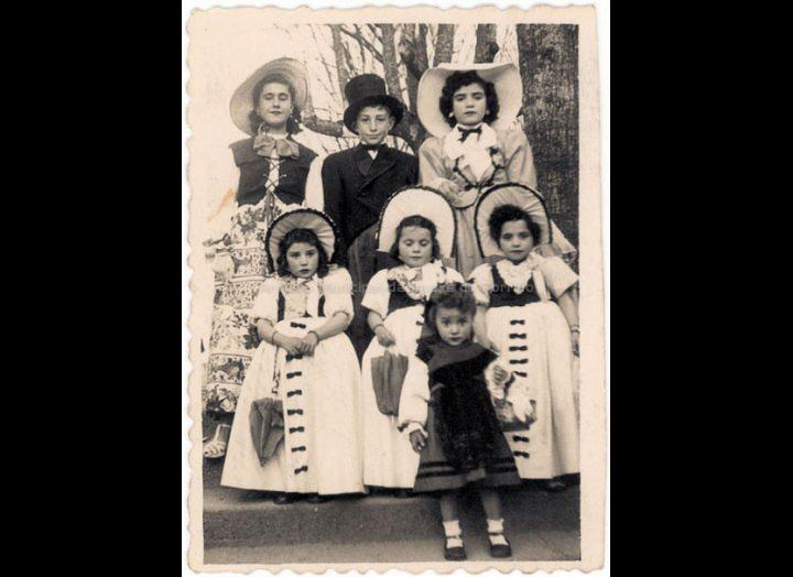 Nenos disfrazados de época. / Foto Company [1949] / PROCEDENCIA: Recollida O Porriño. Album familiar de Rita Martínez Fernández