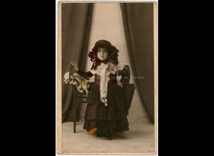 Nena disfrazada. / Foto Serrano [1920 - 1940] / PROCEDENCIA: Recollida O Porriño. Album familiar de Anunciación Coto Maceira