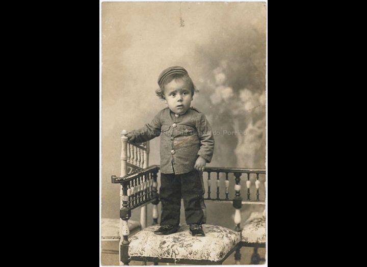 Joaquín Coto disfrazado de soldado. / Gil Fotógrafo (Vigo) [Primeiras décadas s. XX] / PROCEDENCIA: Recollida O Porriño. Album familiar de Anunciación Coto Maceira
