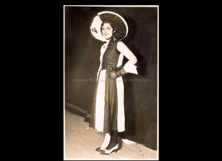 Muller disfrazada en branco e negro. / Autor descoñecido [1930-1950 (?)] / PROCEDENCIA: Recollida O Porriño. Álbum familiar de Josefa Sío Casales